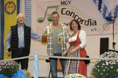 Musik-und-Gesangsverein-MGV-Concordia-Schifferstadt-Oktoberfest-2017-Gewinner-Bierkrug-Halten